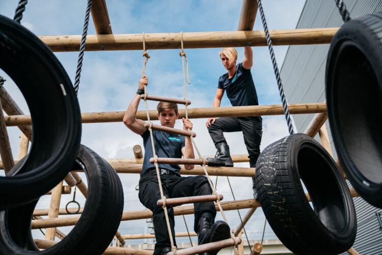 beeld studenten op survivalbaan