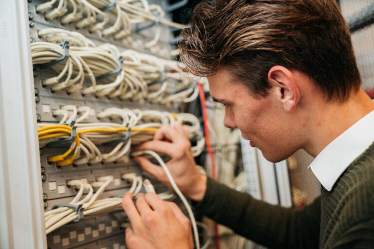 beeld techniek student kabels