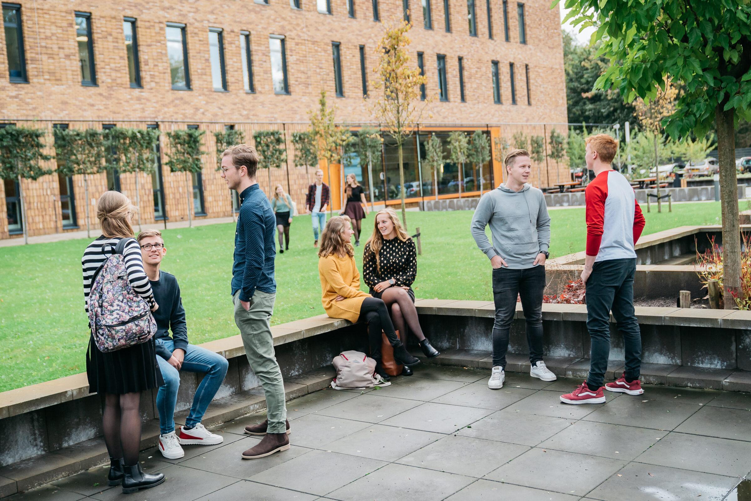 beeld groepje studenten buiten
