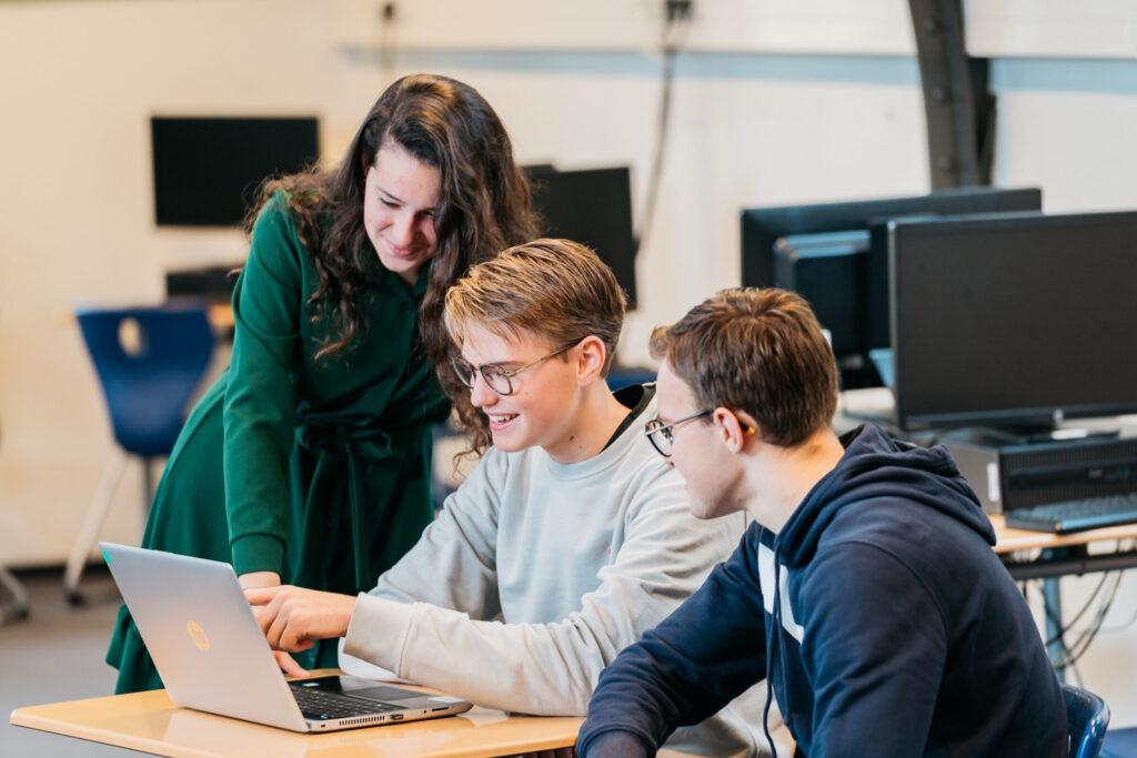 beeld van studenten rondom laptop