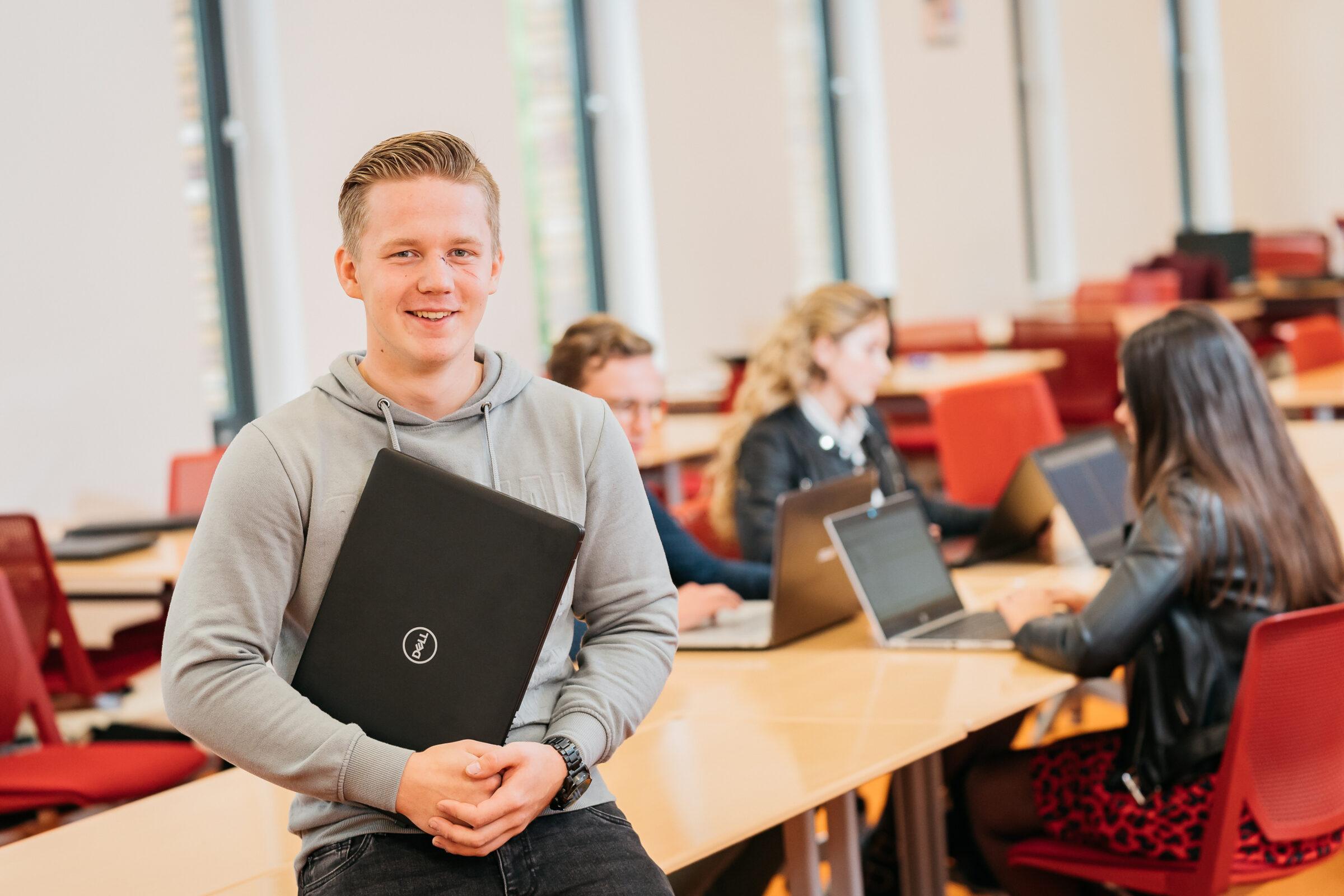 Student met laptop van de opleiding Logistiek