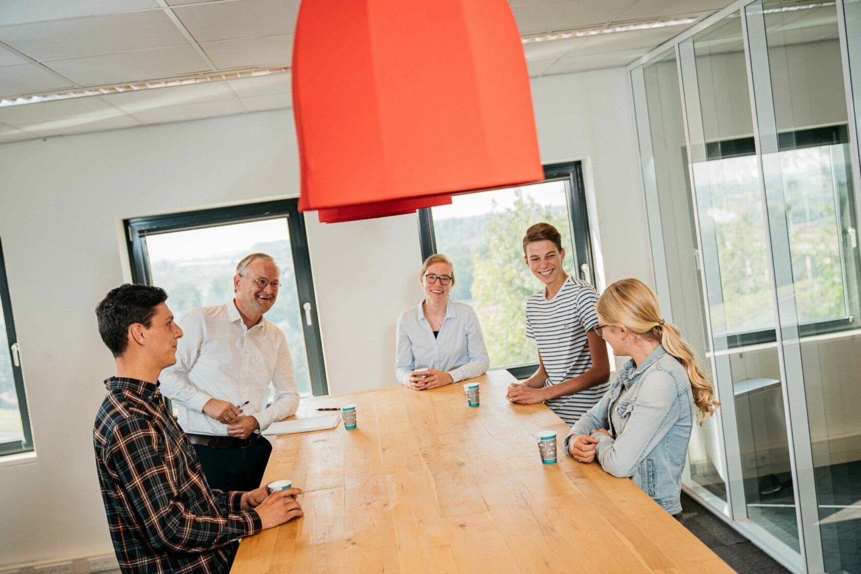 vier hoornbeeck-studenten in gesprek rondom een tafel
